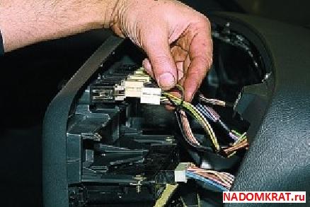 Отсоединение проводов от кнопок ВАЗ 2114