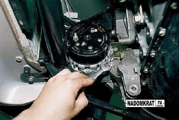 Ослабление нижнего болта генератора ВАЗ 2114