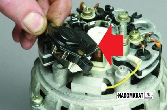 Расположение регулятора напряжения на генераторе ВАЗ 2114