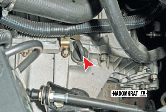 Расположение щупа уровня масла КПП на ВАЗ 2114