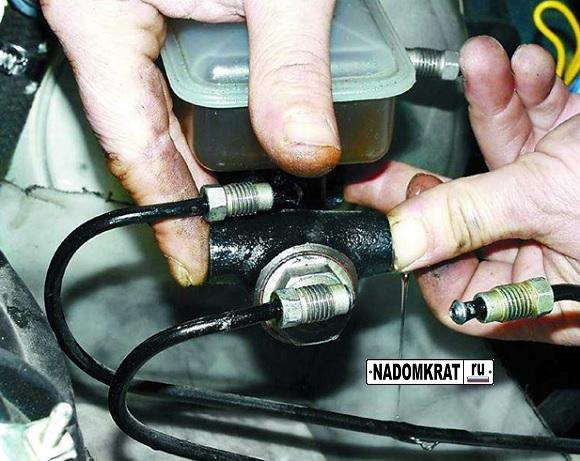 снятие главного тормозного цилиндра на ВАЗ 2114