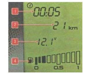 В первой строке – время, во второй – пробег. Третья строчка отображает температуру снаружи автомобиля или другие опции, четвертая – уровень топлива.
